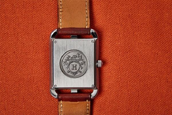 Logo ở mặt sau đồng hồ Hermes rất tinh tế và khó làm giả