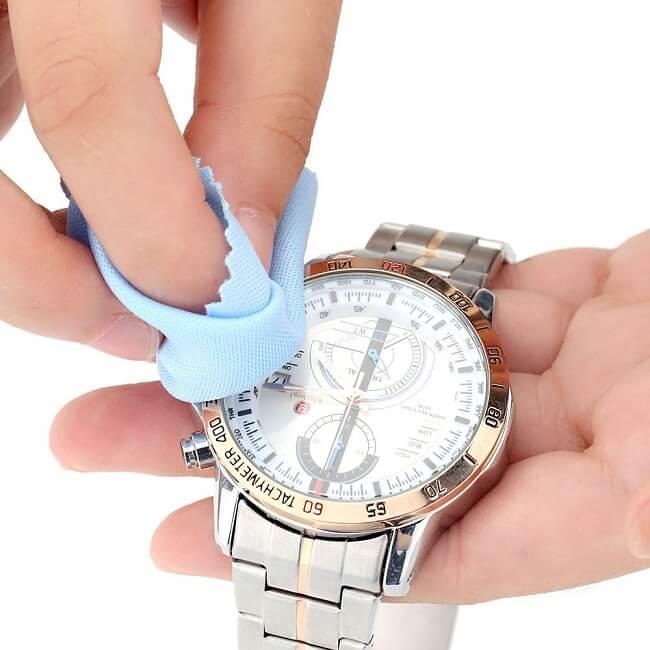 Làm sạch mặt trước của đồng hồ
