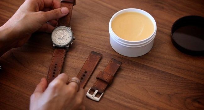 Vệ sinh dây da thường xuyên với dụng cụ đơn giản dễ dàng thực hiện tại nhà